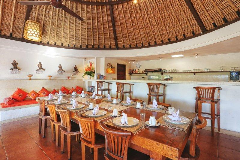 Salle à manger sous le toit Alang Alang (toit de chaume).