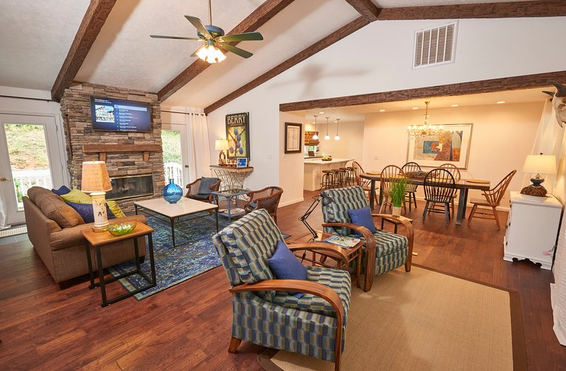 Spring Lodge è un rifugio elegante w travi a vista, un camino a legna, e il comfort tranquilla.