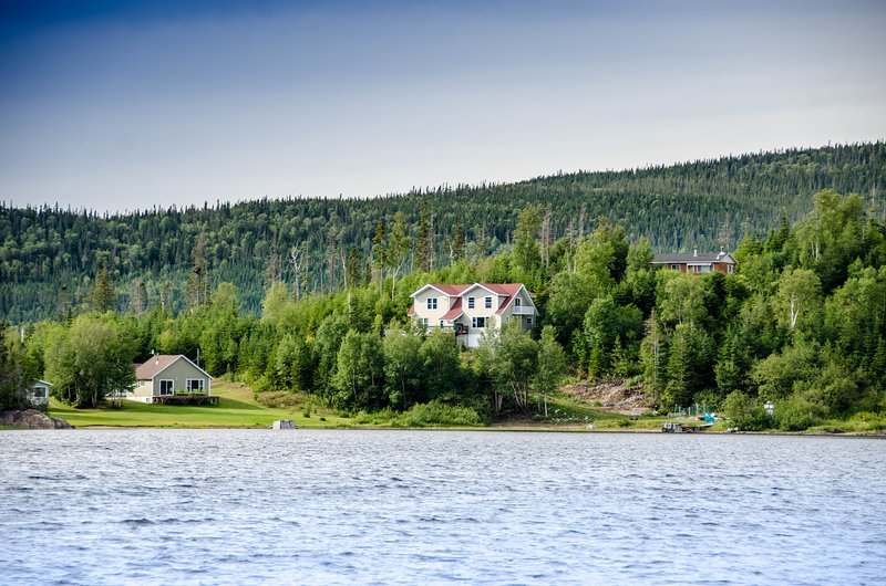 Hatfield House - 6 km from Gros Morne Park 5 bdr Cabin, holiday rental in Deer Lake