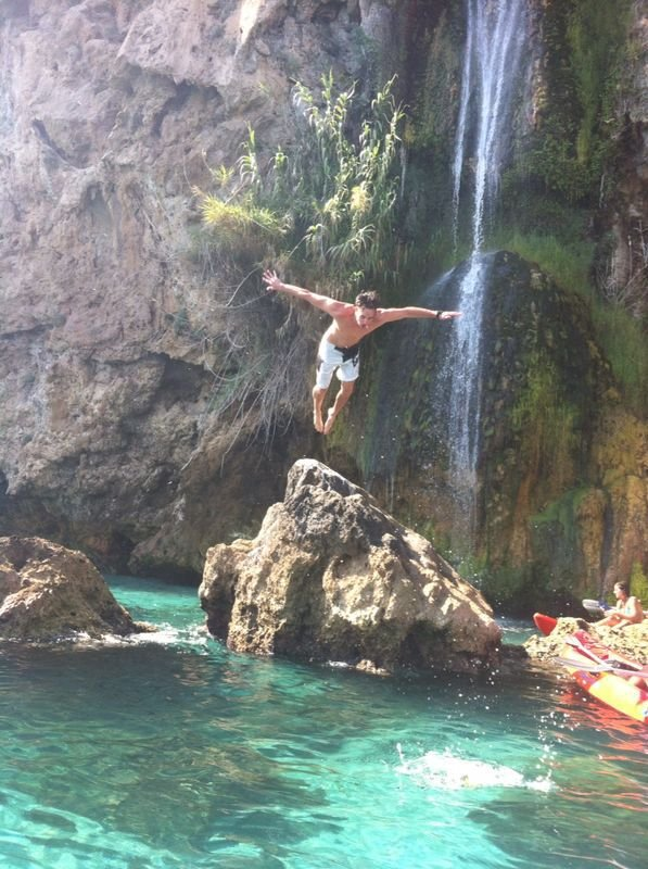 Tra Burriana Beach e Maro è questa bella cascata, ideale per il kayak e le immersioni.