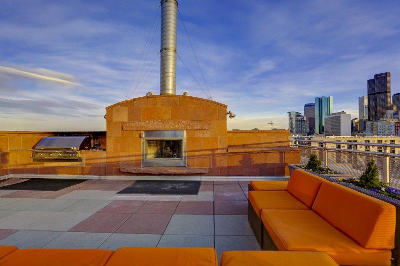 Stay Alfred Premier Lofts - Terrasse communautaire sur le toit avec cheminée