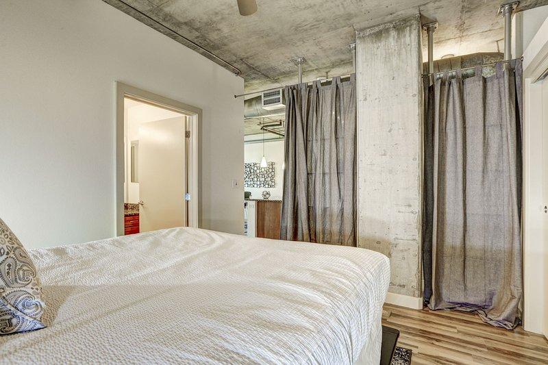 Blijf Alfred Premier Lofts - Loft Bedroom View 3 w / Privacy Gordijnen