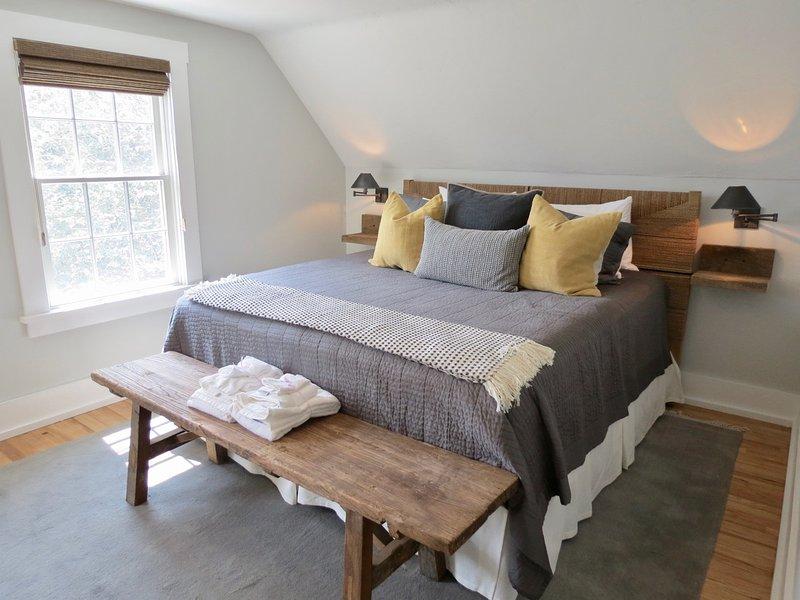 Segundo nível quarto com cama king size.