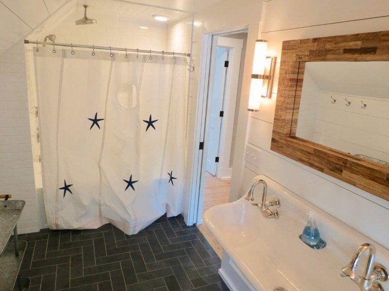 Banheira / ducha neste banheiro