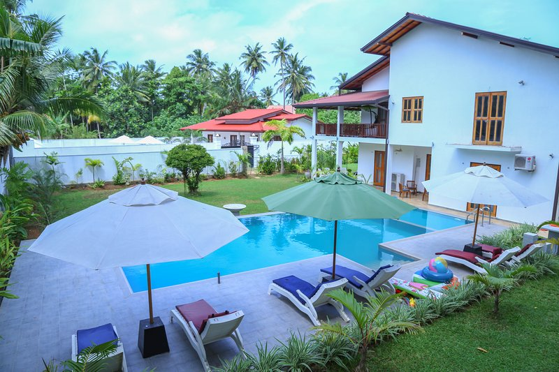 Amazing Deluxe Villa with 5 Star Category, holiday rental in Hikkaduwa