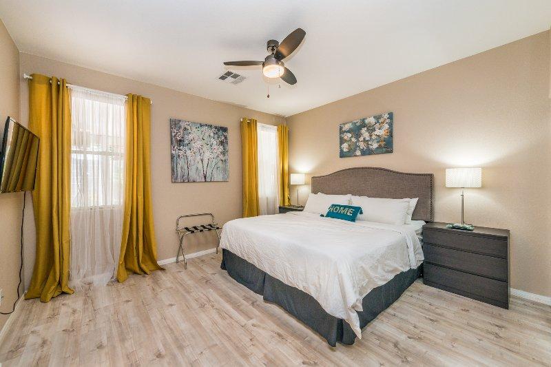 """dormitorio principal con 43"""" smart TV, la suya y la del armario, cuarto de baño con abrazo cabina de ducha."""