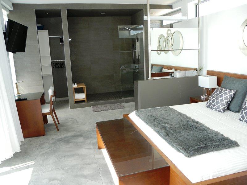 Confortables y lujosas habitaciones con enormes duchas y un / c