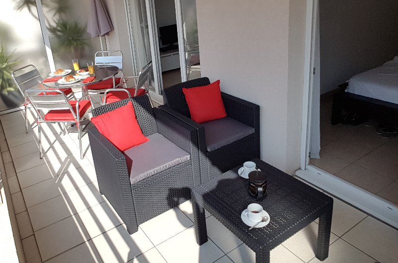 Centrally located Antibes holiday apartment with balcony and wi-fi access, location de vacances à Antibes