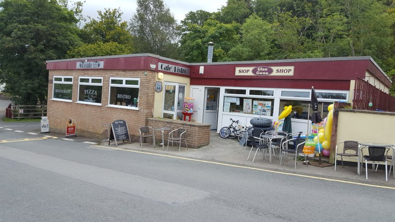 Boutique et un café sur le parc