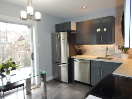 Furnished Riverdale/Greektown 4 bdrm, 2-bath Home with 2-Car Garage, alquiler de vacaciones en Toronto