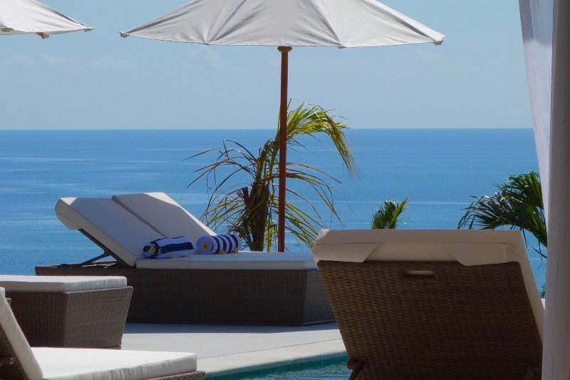 Cliff Edge Pool Deck wit Stunning Ocean Panorama