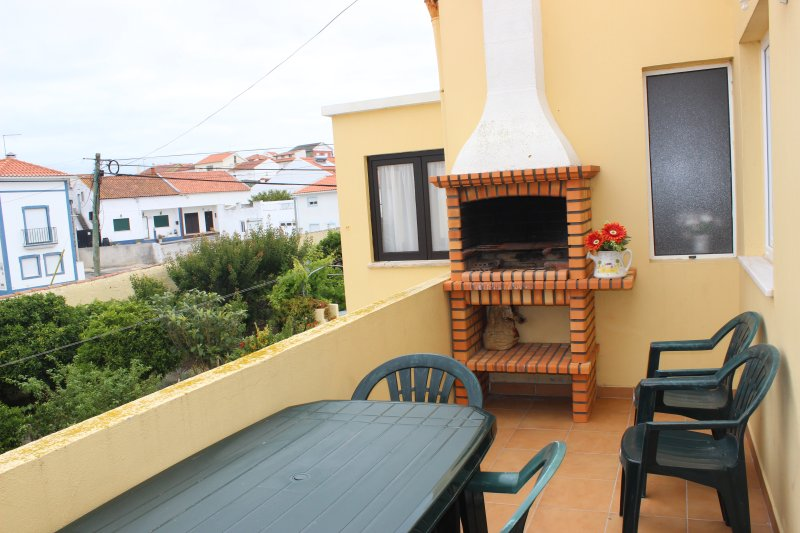 Cosy apartment with balcony, just 2 Km from Baleal, holiday rental in Serra del Rei