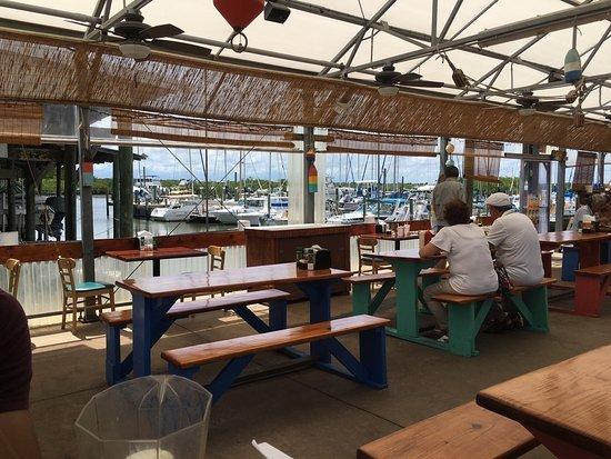 Marina dineren in Boondocks Restaurant is een halve mijl naar het zuiden.