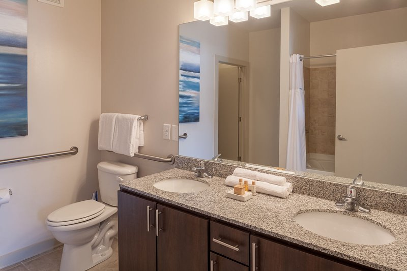 Stay Alfred on Ponce De Leon Avenue Spacious Full-Bathroom.