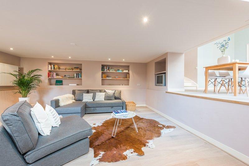 Hip Split Level Apartment, holiday rental in Duivendrecht