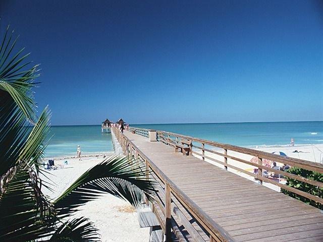 LUXURY RENTALS ~Sand Dollar Beach House~Close to down town, beach and shopping, location de vacances à Naples