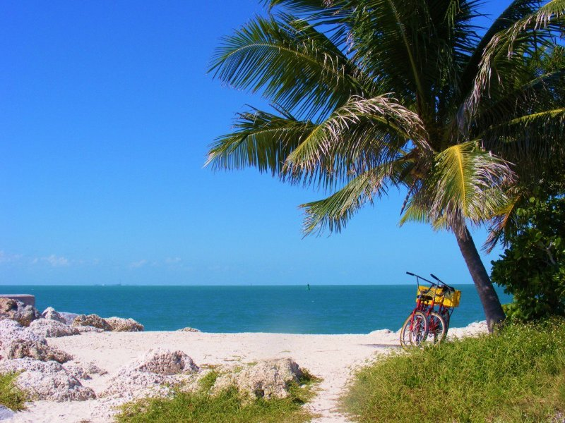 A pie o en bicicleta a las playas de arena blanca.