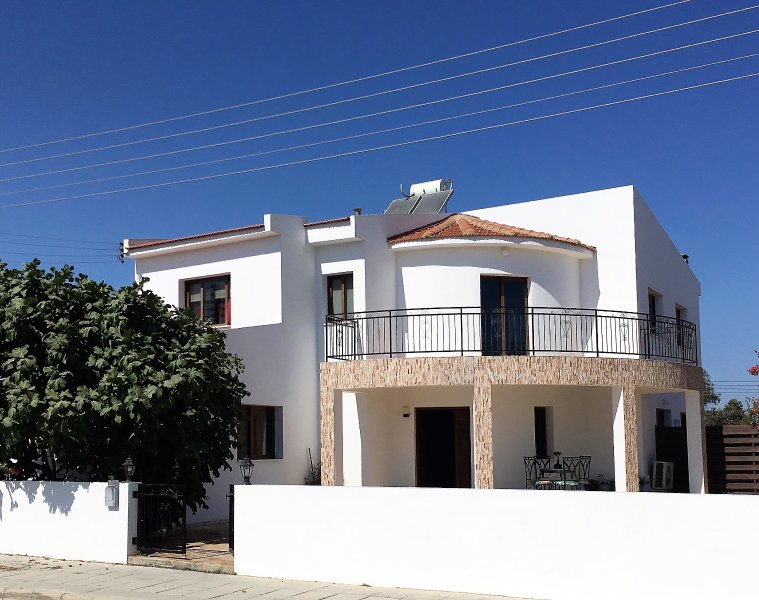 Lovely Spacious Villa with Private Pool, near Larnaca (sleeps 10), holiday rental in Kiti