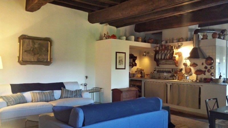 Elegante casa con giardino nel centro storico, vacation rental in Bassano Romano