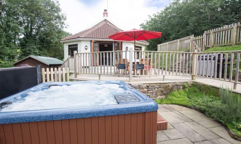 Streamways Nr Croyde | 6 Bedroom/ sleeps 14-16 | Hot Tub*, holiday rental in Braunton