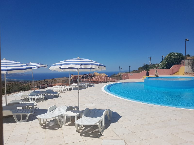 Apartment with amazing seaview in front of the swimming pool, holiday rental in Isola Rossa
