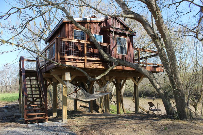 Cozy Treehouse Getaway On Rocky River Has Parking And