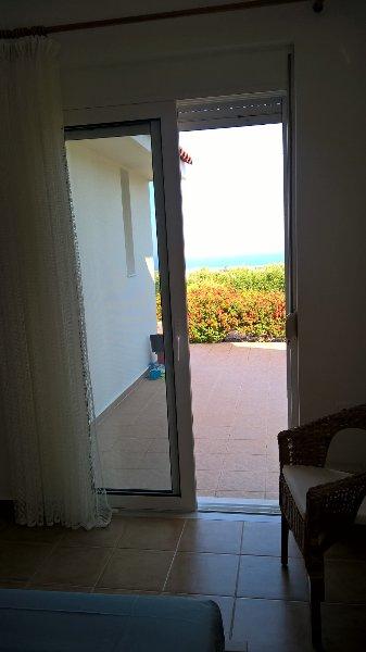 Habitación con vistas al mar y jardín.