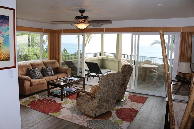 sala de estar do corredor com janelas amplas na unidade de canto.