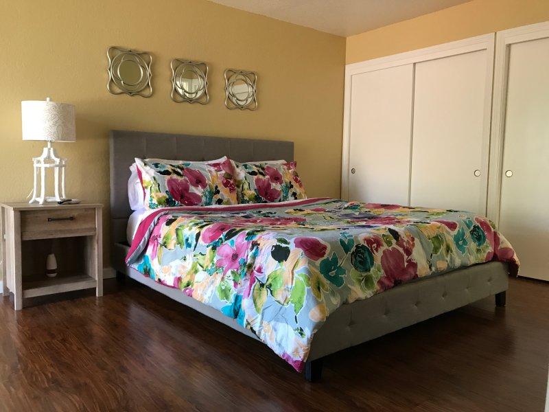 Large Comfy NE Modesto 3 bed 2 bath + 2 car garage, location de vacances à Oakdale