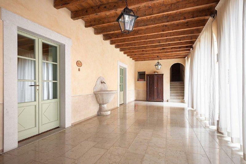 San Felice del Benaco Villa Sleeps 6 with Pool Air Con and WiFi - 5229320, location de vacances à San Felice del Benaco