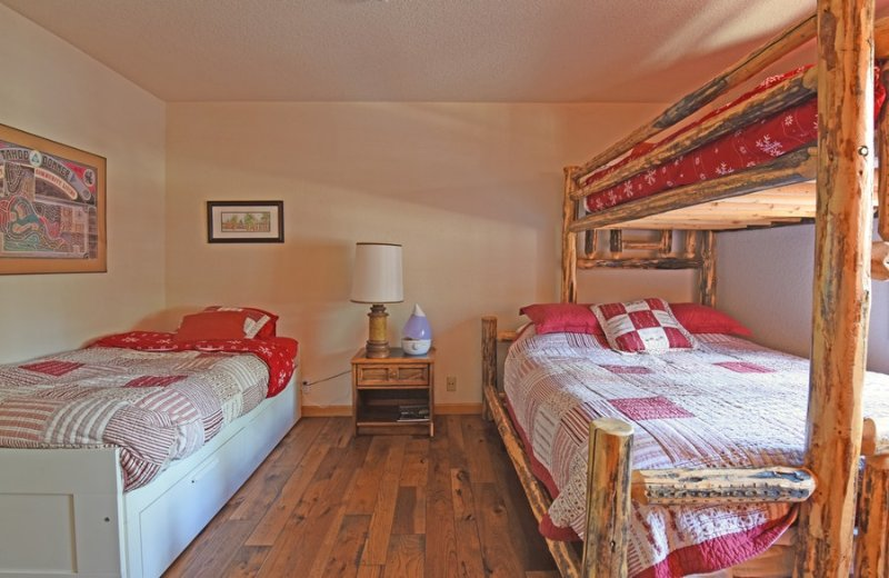 quarto de hóspedes no térreo com uma de solteiro e uma rainha / cama de beliche