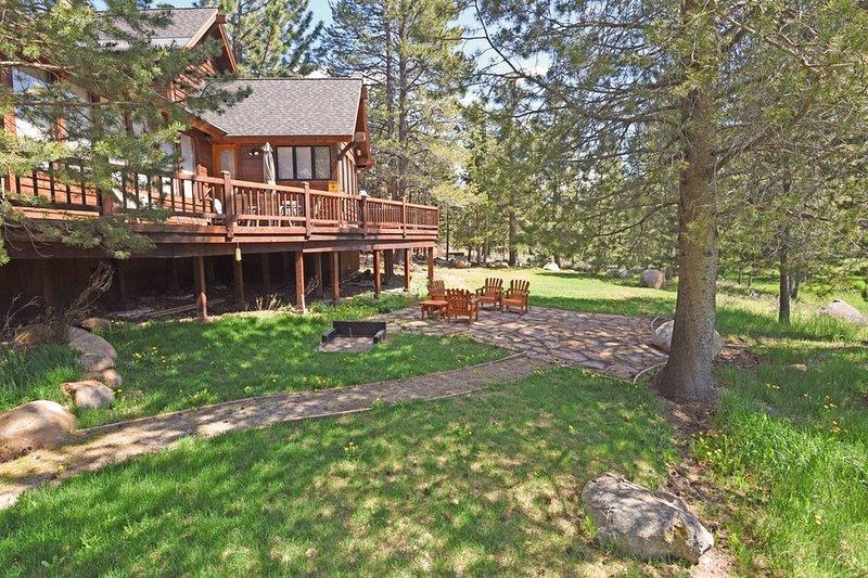 Quintal com deck e mobiliário para os hóspedes a desfrutar das noites quentes de Verão