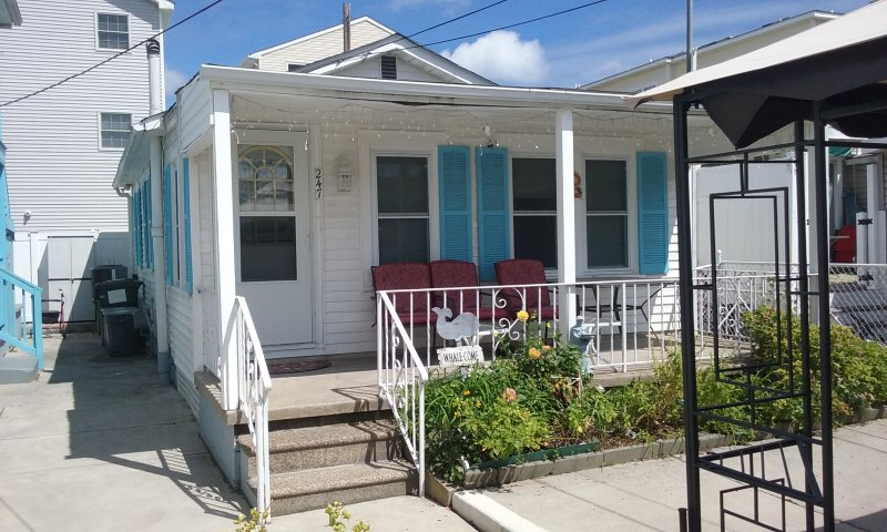 Three Bedroom Cottage, One Block From Beach, WIFI, Parking, holiday rental in Wildwood