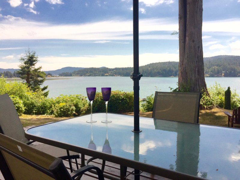 *Oceanfront Cottage* - Deck with HOTTUB, vacation rental in Sooke