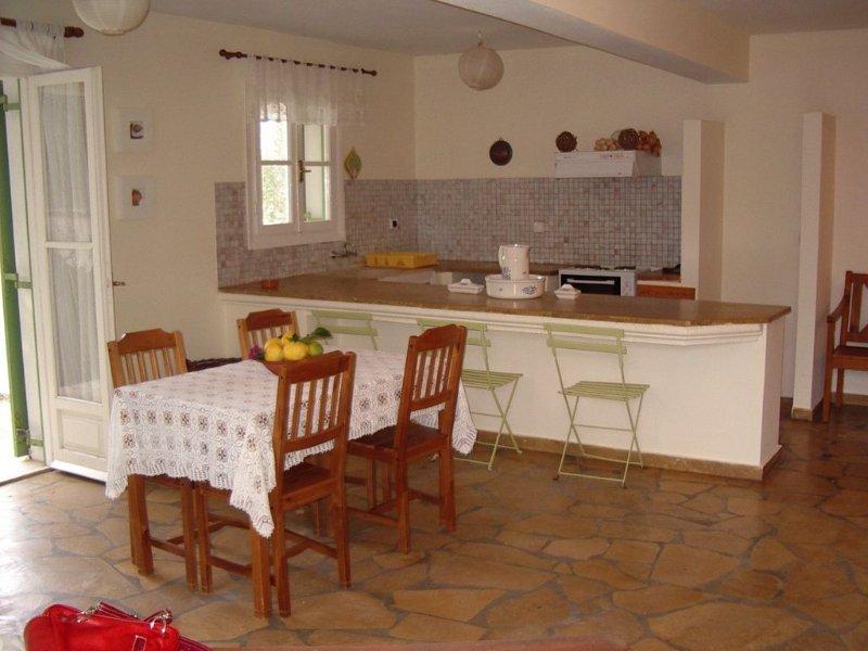 Bottenvåningen vardagsrum med öppet kök