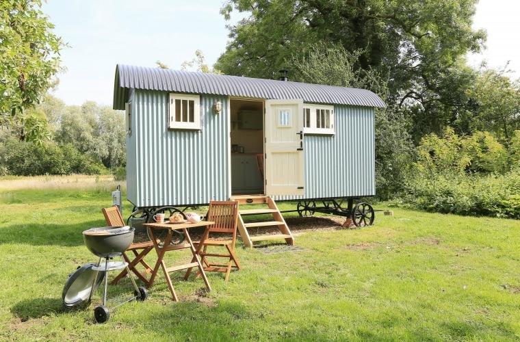 Sage Shepherd Hut, Boundary Farm, Framlingham. Glamping at its best!, holiday rental in Brandeston