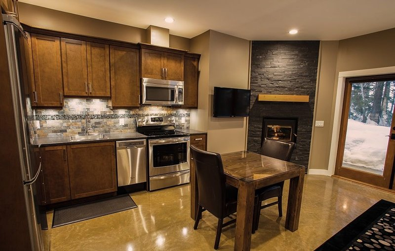 Full kitchen, wood-burning fireplace, TV, free Wi-Fi, hot tub.