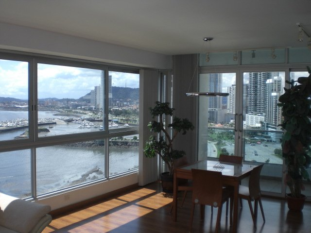 Living Room overlooking Balboa Avenue Marina and Historical Old City: Also Cinto Costera Jog/Bike