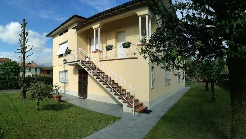 Bella casa a due passi dal centro, holiday rental in Lunata