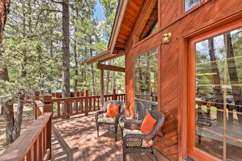 Spacious Munds Park Cabin Nestled in the Pines, alquiler de vacaciones en Munds Park