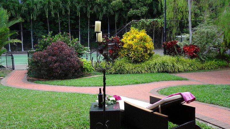 Relajarse en el salón sillón reclinable junto a la pista de tenis.