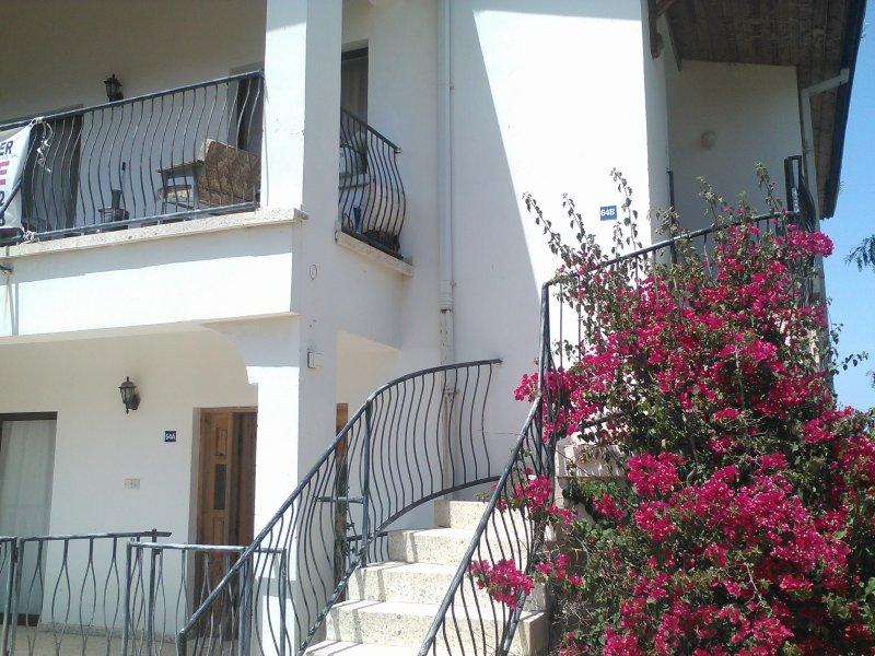 Eine Treppe auf der rechten Seite führt zu einem Apartment mit 3 Schlafzimmern und einem Apartment mit 3 Schlafzimmern