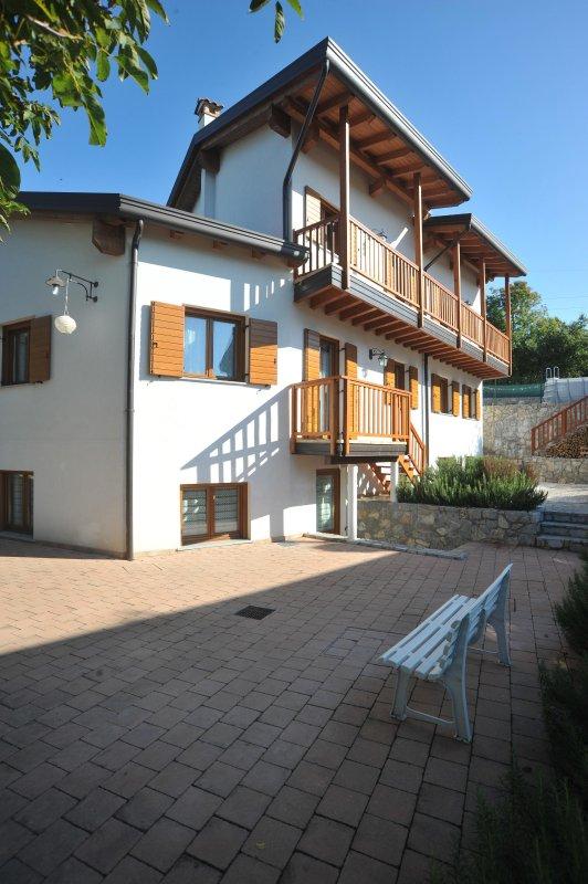 Habitación con cuarto de baño, tres camas y vistas al mar y el Karst.