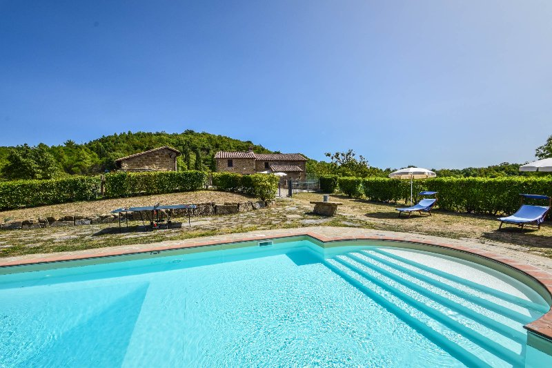 Secluded villa with private pool, fenced pool, basketfield near Perugia, vacation rental in Perugia