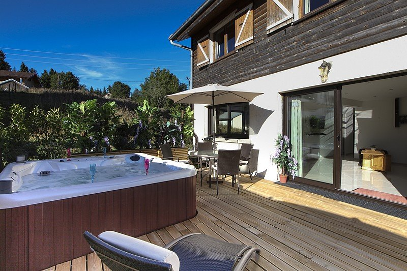 Rental with outdoor jacuzzi for 4 people