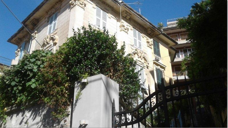De vrijstaande villa die de b & b op de tuin verdieping herbergt