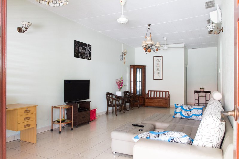 Spacious & Privacy Single Storey House near Queensbay Mall, holiday rental in Glugor