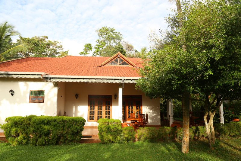 4 BR Holiday House with Swimming Pool, holiday rental in Hikkaduwa