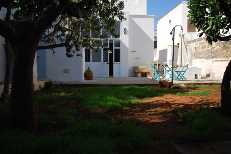 Casa Salentina con piscina idromassaggio all'ombra dei limoni a 4 km. dal mare, casa vacanza a Taviano