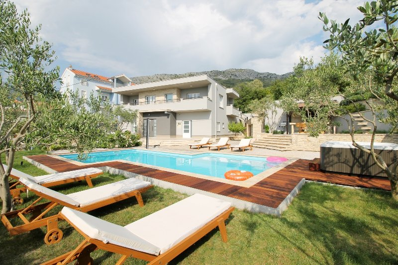 Villa Gabriella with private 50m2 pool with counter current, 4 bedrooms, 2 BBQ